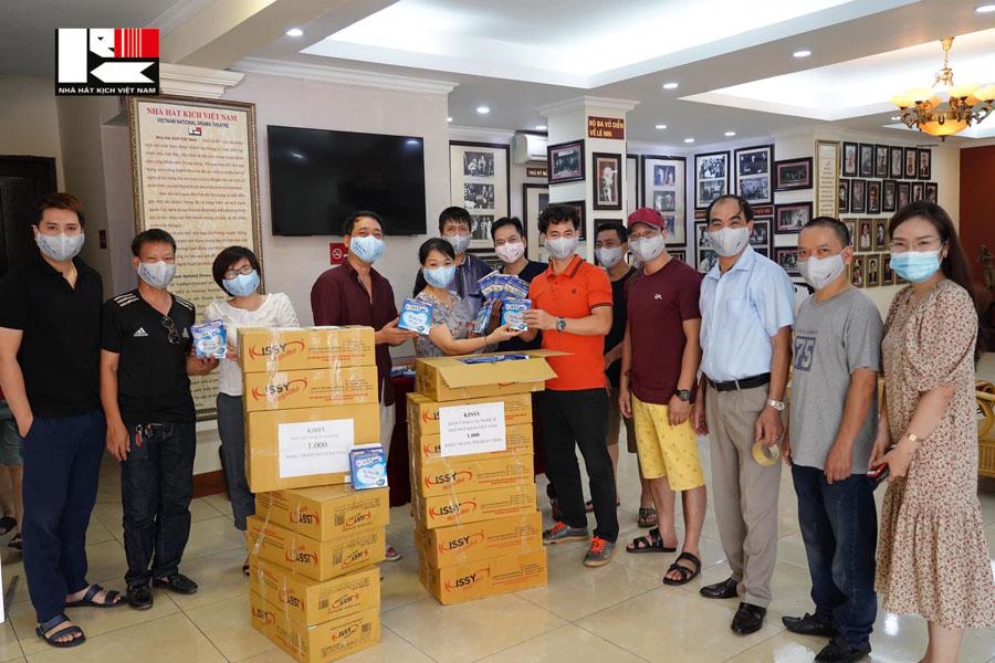 Khẩu trang sợi hoạt tính Kissy tặng NSƯT Xuân Bắc và CBCNV nhà hát Kịch Việt Nam 1000 chiếc khẩu trang để phòng chống dịch bệnh